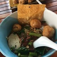 Photo taken at ครัวเล่าจึง ก๋วยเตี๋ยวลูกชิ้นปลา by Jinda J. on 9/10/2018