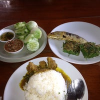 Photo taken at ร้านข้าวแกงปักใต้ พัทลุง by jakgrit t. on 8/16/2013