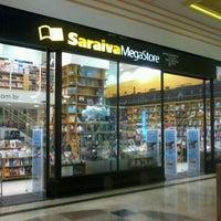 Foto tirada no(a) Saraiva Mega Store por Rôney A. em 9/25/2012