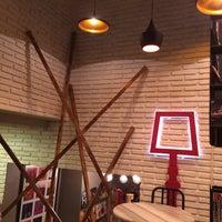12/1/2013 tarihinde Emre F.ziyaretçi tarafından Tasarım Bookshop Cafe'de çekilen fotoğraf