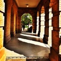 Das Foto wurde bei Academic Building von Fernando G. am 6/19/2013 aufgenommen