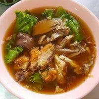 Photo taken at เม้งเจริญ โภชนา ข้าวมันไก่ by Siriwat N. on 1/9/2016