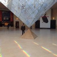 Foto tirada no(a) Pyramide Inversée du Carrousel por Victor D. em 11/13/2013