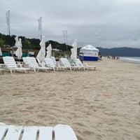 Foto tirada no(a) Praia de Jurerê Internacional por Marjorie Mell P. em 1/4/2013