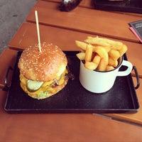 Photo taken at Buddies Burger Bar by Onno on 8/15/2015