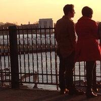 Das Foto wurde bei Brooklyn Heights Promenade von Holly F. am 4/16/2014 aufgenommen