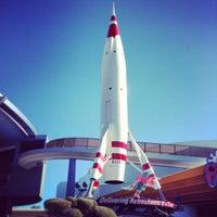 Photo prise au Space Mountain par ʇɹǝql∀  ɹ. le1/14/2013