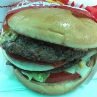 11/18/2017 tarihinde Joe D.ziyaretçi tarafından In-N-Out Burger'de çekilen fotoğraf