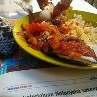 Photo taken at Restoran Teratak Ibunda by Penghibur L. on 9/19/2012