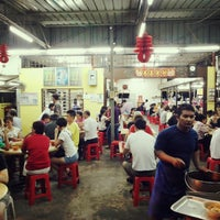 Photo taken at Heng Kee Bak Kut Teh 兴记肉骨茶 by Sean Lim 小. on 10/5/2013
