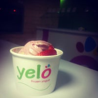 Photo taken at Yelo Frozen Yogurt by QandoyDonde on 6/28/2013