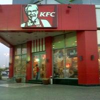Foto tirada no(a) KFC por Warren R. em 6/16/2013