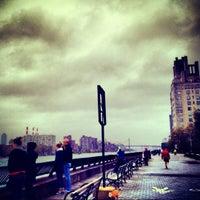 Foto tirada no(a) East River Promenade por lanamaniac em 10/29/2012