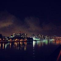 Foto tirada no(a) East River Promenade por lanamaniac em 10/5/2012
