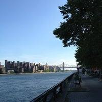 Foto tirada no(a) East River Promenade por lanamaniac em 6/30/2013