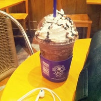 Photo taken at The Coffee Bean & Tea Leaf by SH L. on 9/3/2013