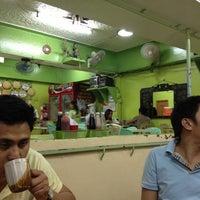 Foto tomada en Chades Tapsilog por Dan Z. el 10/5/2012