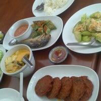 Photo taken at บ้านขนมไทย (ชาววัง) by Yuk Y. on 7/5/2013