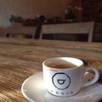 Foto tomada en Dosis Cafe por Car S. el 4/19/2015