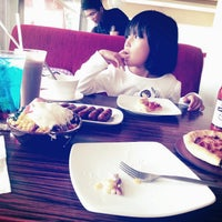 Photo taken at Pizza Hut by Fhe A. on 2/7/2013