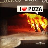Photo prise au Mamma Mia Pizza & FastGood par Mamma Mia F. le9/6/2013