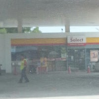 Photo taken at Shell Highway Plaza Bukit Raja by duakupang on 5/26/2013