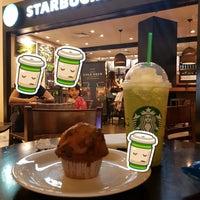 Foto tirada no(a) Starbucks por Taks 🍒 (. em 10/1/2017