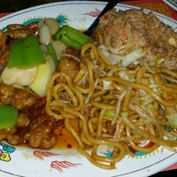 Photo taken at Golden Palace Chinese Restaurant by Elliot P. on 4/26/2014