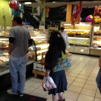 Foto scattata a Elvira's Pasteleria da Joyce S. il 3/29/2013