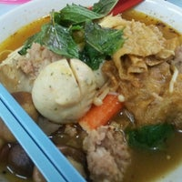 Photo taken at Raja Uda Famous Kwang Hwa Tom Yam Noodle by pc on 10/1/2012
