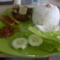 Photo taken at Warung Seafood Bang Pasha by NKYSTR on 11/10/2012