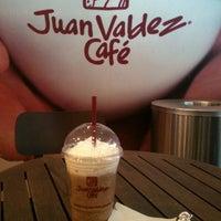 Foto tomada en Juan Valdez Café por Michelle M. el 11/7/2013