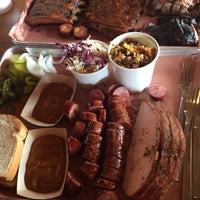 Das Foto wurde bei Pinkerton's Barbecue von Liz Hdz am 7/30/2017 aufgenommen