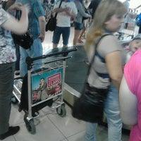 Photo taken at Cinta Equipaje 6 / Baggage Belt 6 by Alvaro V. on 12/30/2012