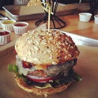 Das Foto wurde bei Hopdoddy Burger Bar von Carmen H. am 7/19/2013 aufgenommen