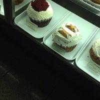 Das Foto wurde bei Crumbs Bake Shop von Brent M. am 8/20/2013 aufgenommen