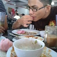 Photo taken at Restoran Tat Nasi Ayam by raes on 9/30/2012
