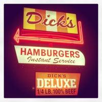 Foto tomada en Dick's Drive-In por Ben S. el 11/12/2012