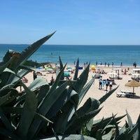 Foto tirada no(a) Praia de Carcavelos por Joao R. em 6/22/2013