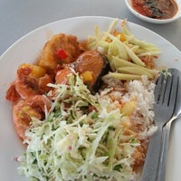 Photo taken at D'Lengkuas Restoran Selera Kampung by Ron M. on 5/24/2013