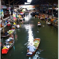 Photo taken at ท่าเรือยุวันดา ตลาดน้ำดำเนินสะดวก by Ooyi A. on 9/30/2012