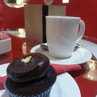 Das Foto wurde bei Red Velvet Cupcakery von Cheryl L. am 2/19/2013 aufgenommen
