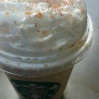 Foto tirada no(a) Starbucks por Jee S. em 12/10/2014