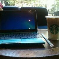 10/22/2013 tarihinde Sheena J.ziyaretçi tarafından Starbucks Coffee'de çekilen fotoğraf