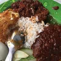 Photo taken at Ujang Corner Nasi Lemak Special BBS by Aizat A. on 2/26/2017