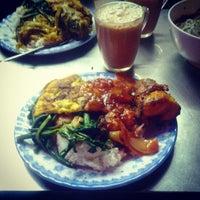 Photo taken at Hajah Basiroh Muslim Food by MR|Wiwie on 2/24/2013