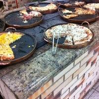Foto tirada no(a) Pizzaria Falcone por Jade d. em 10/14/2012