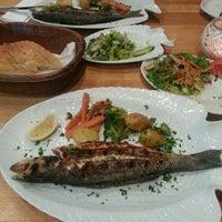 Das Foto wurde bei Öz Fish House von Asli K. am 1/5/2014 aufgenommen