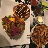 Das Foto wurde bei 90419 Burger Bar von Luna C. am 3/28/2018 aufgenommen