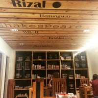 Foto tomada en Tweedle Book Cafe por Cynthia M. el 2/26/2015